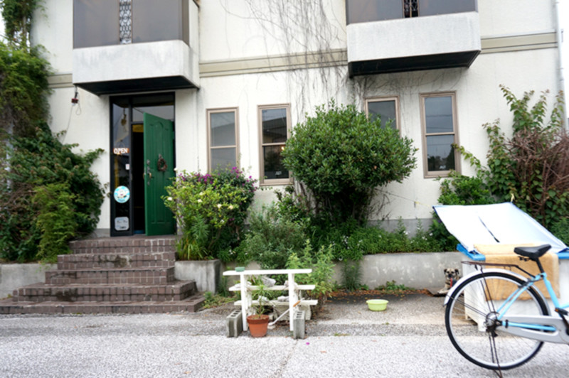 カレー・喫茶店 クリシュナハウス 店舗入口・駐車場