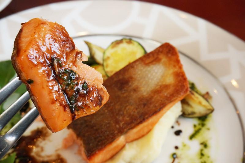 キッチン ニーダのランチ サーモンのソテー バジルとバルサミコのソース