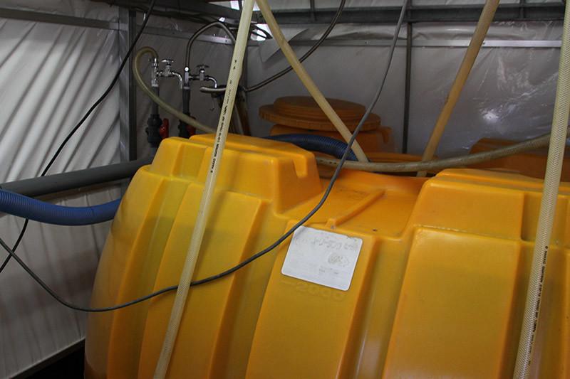 還元水生成器で電気分解された水を溜めておくタンク
