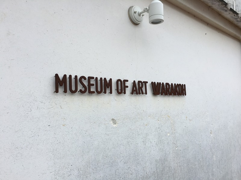 MUSEUM OF ART WARAKOHの外観のロゴ