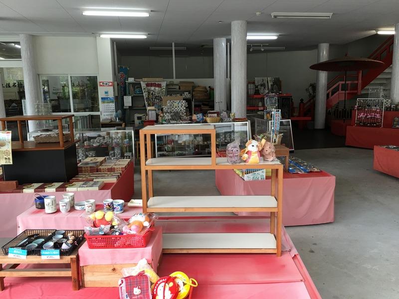 龍河洞商店街の観光会館の中