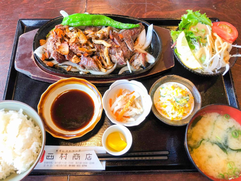 高知市のレストラン「西村商店」のカットステーキ定食